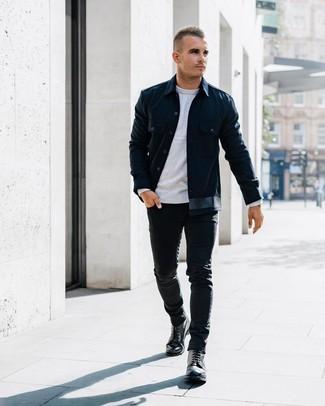 Cómo combinar: chaqueta estilo camisa azul marino, jersey con cuello circular gris, vaqueros pitillo negros, botas casual de cuero negras