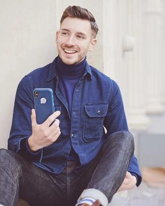Cómo combinar: chaqueta estilo camisa azul marino, jersey de cuello alto azul marino, vaqueros azul marino
