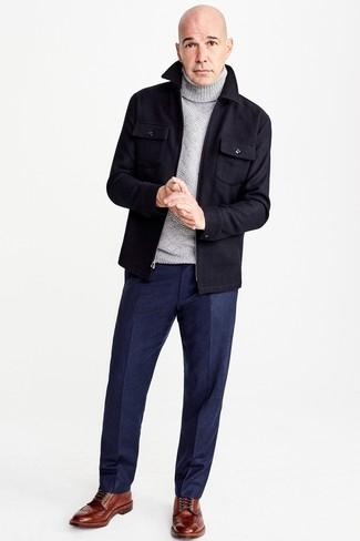 Cómo combinar: chaqueta estilo camisa de lana azul marino, jersey de cuello alto de lana gris, pantalón de vestir de lana azul marino, botas brogue de cuero marrónes