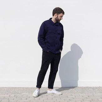 Cómo combinar: chaqueta estilo camisa azul marino, pantalón chino negro, tenis de lona blancos