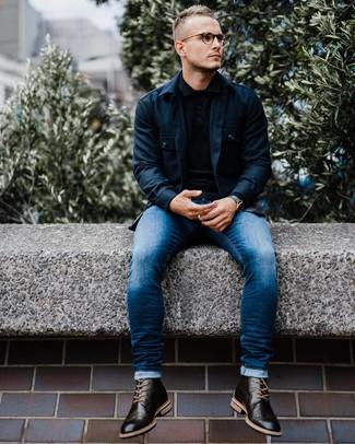 Cómo combinar: chaqueta estilo camisa azul marino, polo de manga larga negro, vaqueros pitillo azules, botas brogue de cuero negras