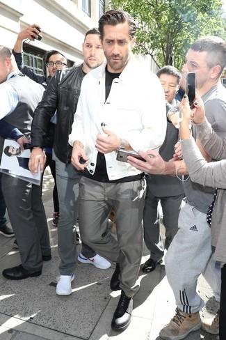 Cómo combinar: chaqueta estilo camisa blanca, camiseta con cuello circular negra, pantalón chino gris, zapatos derby de cuero negros