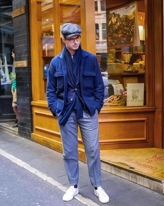 Cómo combinar: chaqueta estilo camisa de lana azul marino, blazer azul marino, camiseta con cuello circular blanca, pantalón de vestir de lana gris