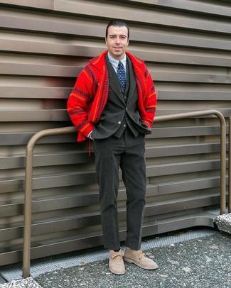 Cómo combinar: chaqueta estilo camisa de lana roja, blazer de pana en gris oscuro, chaleco de vestir en gris oscuro, camisa de vestir de rayas verticales en blanco y azul marino
