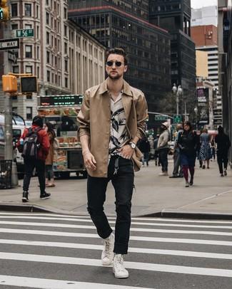 Cómo combinar: chaqueta estilo camisa marrón claro, camisa de manga corta con print de flores en blanco y negro, vaqueros desgastados negros, zapatillas altas blancas