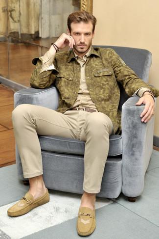 Cómo combinar: chaqueta estilo camisa de camuflaje verde oliva, camisa de manga larga marrón claro, pantalón chino en beige, mocasín de ante marrón claro