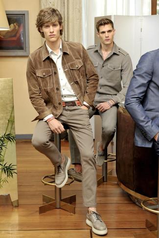 Cómo combinar: chaqueta estilo camisa de ante marrón claro, camisa de manga larga blanca, pantalón chino marrón, zapatos derby de cuero en beige