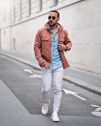 Cómo combinar: chaqueta estilo camisa rosada, camisa de manga larga de cambray celeste, pantalón chino blanco, tenis de cuero blancos