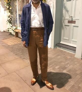 Cómo combinar: chaqueta estilo camisa de lino azul marino, camisa de manga larga blanca, pantalón chino de lino marrón, zapatos brogue de cuero marrónes