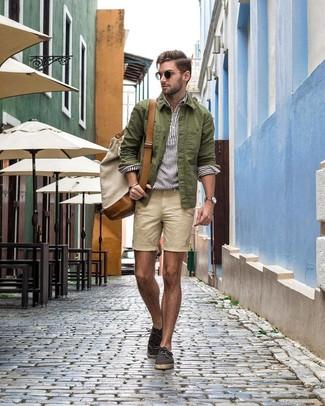 Cómo combinar: chaqueta estilo camisa verde oliva, camisa de manga larga de lino de rayas verticales blanca, pantalones cortos en beige, alpargatas de lona en gris oscuro