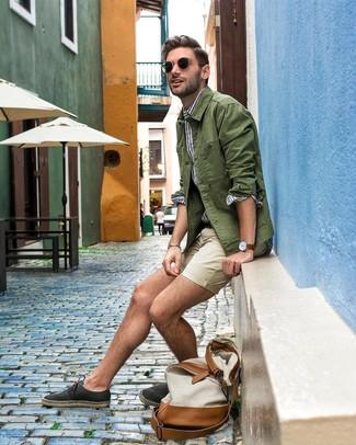 Cómo combinar: chaqueta estilo camisa verde oliva, camisa de manga larga de rayas verticales en blanco y azul, pantalones cortos en beige, alpargatas de lona negras