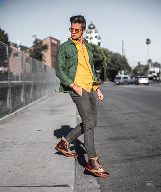 Cómo combinar: chaqueta estilo camisa verde oliva, camisa de manga larga de lino amarilla, vaqueros verde oliva, botas brogue de cuero marrónes