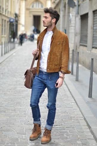 Cómo combinar: chaqueta estilo camisa de ante marrón, camisa de manga larga blanca, vaqueros pitillo azules, botas casual de cuero marrónes