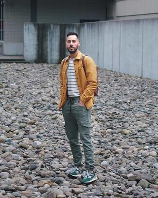 Cómo combinar: chaqueta estilo camisa mostaza, camiseta con cuello circular de rayas horizontales en blanco y azul marino, pantalón cargo verde oscuro, deportivas verde oscuro