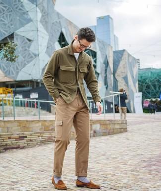 Cómo combinar: chaqueta estilo camisa de lana verde oliva, camiseta con cuello circular blanca, pantalón cargo marrón claro, mocasín de ante en tabaco