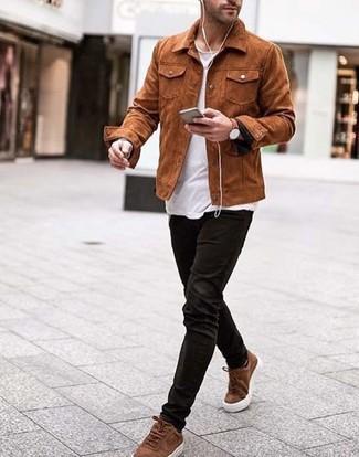 Cómo combinar: chaqueta estilo camisa de ante en tabaco, camiseta con cuello circular blanca, vaqueros de pana negros, tenis de ante marrónes