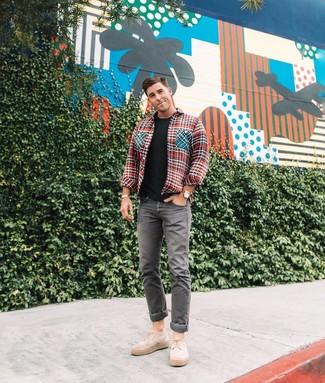 Cómo combinar: chaqueta estilo camisa de pata de gallo roja, camiseta con cuello circular negra, vaqueros grises, zapatos derby de ante en beige