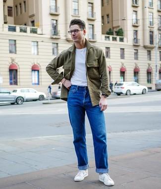Cómo combinar: chaqueta estilo camisa verde oliva, camiseta con cuello circular blanca, vaqueros azules, tenis blancos