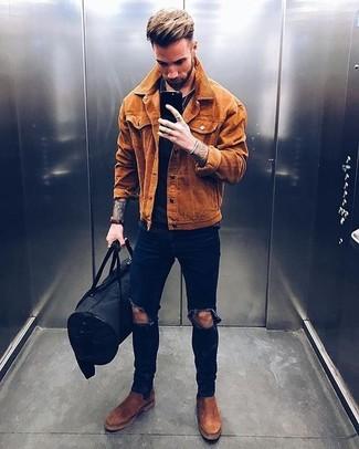 Cómo combinar: chaqueta estilo camisa de ante en tabaco, camiseta con cuello circular negra, vaqueros pitillo desgastados azul marino, botines chelsea de ante marrónes