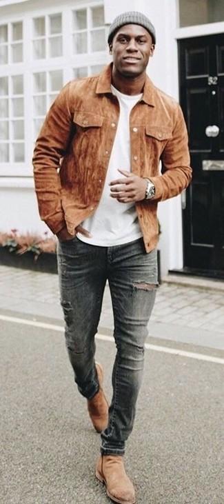 Cómo combinar: chaqueta estilo camisa de ante marrón, camiseta con cuello circular blanca, vaqueros pitillo desgastados en gris oscuro, botines chelsea de ante marrón claro
