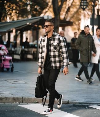 Cómo combinar: chaqueta estilo camisa de franela de tartán en blanco y negro, camiseta con cuello circular negra, vaqueros pitillo negros, tenis de lona en negro y blanco