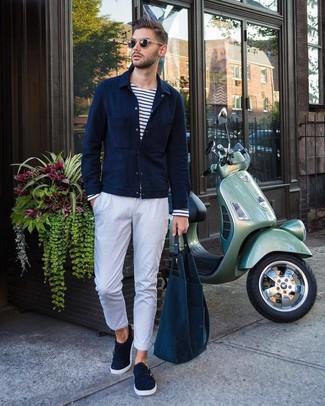Cómo combinar: chaqueta estilo camisa azul marino, camiseta de manga larga de rayas horizontales en blanco y azul marino, pantalón chino blanco, zapatos con doble hebilla de ante azul marino