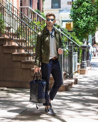 Cómo combinar: chaqueta estilo camisa verde oliva, camiseta de manga larga de rayas horizontales en blanco y azul marino, pantalón chino azul marino, tenis de ante en gris oscuro