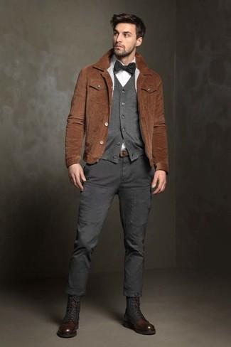 Cómo combinar: chaqueta estilo camisa de ante marrón, cárdigan gris, camisa de vestir blanca, pantalón cargo en gris oscuro