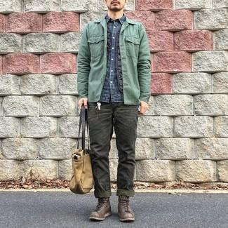 Cómo combinar: chaqueta estilo camisa en verde menta, chaleco de abrigo acolchado negro, camisa de manga larga de cuadro vichy en azul marino y blanco, vaqueros verde oscuro