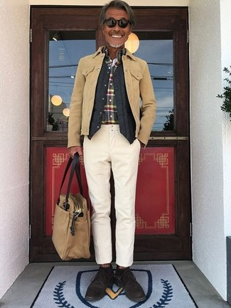 Cómo combinar: chaqueta estilo camisa de ante marrón claro, chaleco de vestir acolchado negro, camisa de manga larga de tartán en multicolor, pantalón chino en beige