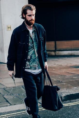 Cómo combinar: chaqueta estilo camisa vaquera azul marino, chaqueta estilo camisa de camuflaje verde oliva, camiseta con cuello circular blanca, pantalón de chándal negro