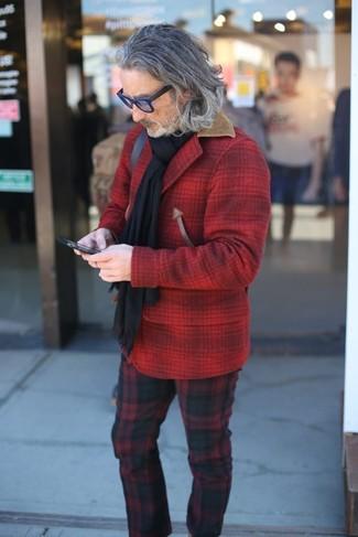 Cómo combinar: chaqueta estilo camisa de lana a cuadros roja, pantalón chino de tartán en rojo y negro, bufanda negra