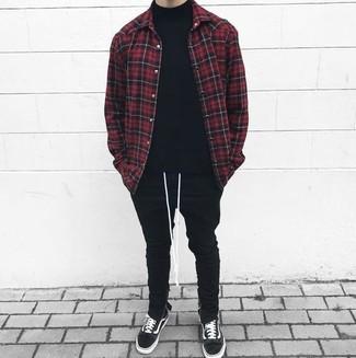 Cómo combinar: chaqueta estilo camisa a cuadros en rojo y negro, jersey de cuello alto negro, pantalón de chándal negro, tenis de ante negros