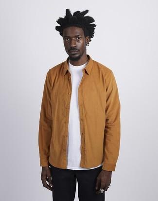 Cómo combinar: chaqueta estilo camisa en tabaco, camiseta con cuello circular blanca, pantalón chino negro
