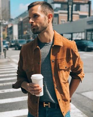 Cómo combinar: chaqueta estilo camisa de ante en tabaco, camiseta con cuello circular gris, vaqueros azules, correa de cuero negra
