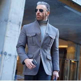 Cómo combinar: chaqueta estilo camisa de lana gris, jersey de cuello alto gris, pantalón de vestir azul marino, gafas de sol negras