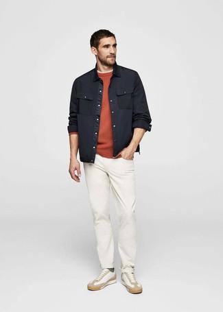 Cómo combinar: chaqueta estilo camisa negra, jersey con cuello circular naranja, camiseta con cuello circular en beige, pantalón chino blanco