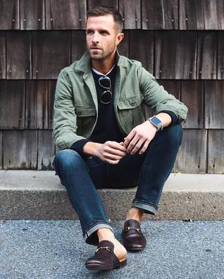 Cómo combinar: chaqueta estilo camisa verde oliva, jersey con cuello circular negro, camiseta con cuello circular blanca, vaqueros azul marino