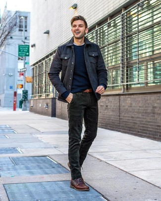 Cómo combinar: chaqueta estilo camisa de lana en gris oscuro, jersey con cuello circular azul marino, camiseta con cuello circular blanca, vaqueros de pana verde oscuro