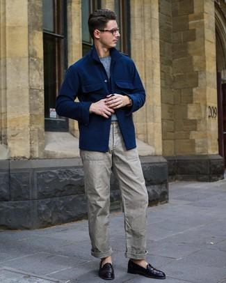 Cómo combinar: chaqueta estilo camisa de lana azul marino, jersey con cuello circular celeste, pantalón cargo gris, mocasín de cuero morado oscuro