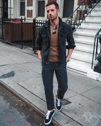 Cómo combinar: chaqueta estilo camisa de pana negra, jersey con cuello circular marrón, pantalón chino negro, tenis de lona en negro y blanco