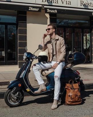 Cómo combinar: chaqueta estilo camisa marrón claro, jersey con cuello circular en beige, vaqueros desgastados blancos, botines chelsea de ante grises