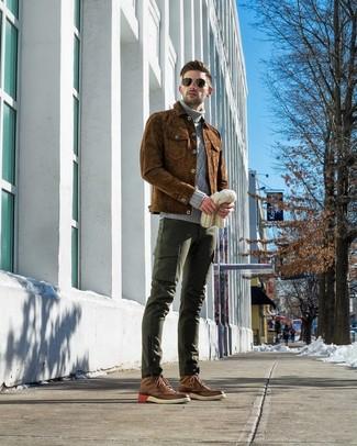 Cómo combinar: chaqueta estilo camisa de ante marrón, jersey de cuello alto de punto gris, pantalón cargo verde oscuro, botas brogue de cuero marrónes