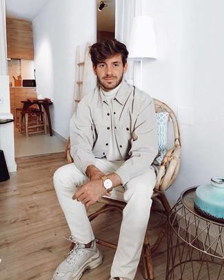Cómo combinar: chaqueta estilo camisa en beige, jersey de cuello alto blanco, vaqueros blancos, deportivas blancas