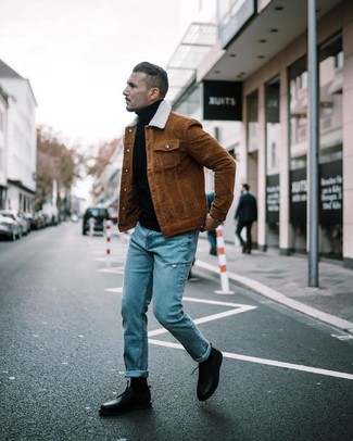 Cómo combinar: chaqueta estilo camisa marrón, jersey de cuello alto negro, vaqueros desgastados azules, zapatos derby de cuero negros