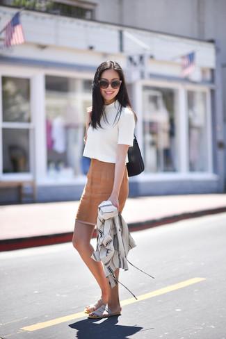 Cómo combinar: chaqueta estilo camisa blanca, jersey de manga corta blanco, falda lápiz marrón claro, sandalias planas de ante grises