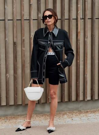 Cómo combinar: chaqueta estilo camisa negra, mallas ciclistas negras, chinelas de satén con adornos negras, bolso de hombre de cuero blanco