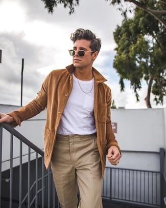 Cómo combinar: chaqueta estilo camisa marrón, camiseta con cuello circular blanca, pantalón chino marrón claro, gafas de sol marrón claro