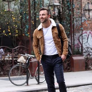Cómo combinar: chaqueta estilo camisa de ante marrón, camiseta con cuello circular blanca, pantalón de vestir a cuadros azul marino, mochila de cuero negra