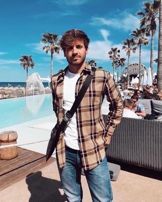 Cómo combinar: chaqueta estilo camisa de tartán marrón claro, camiseta con cuello circular blanca, vaqueros azules, bolso mensajero de lona estampado en marrón oscuro